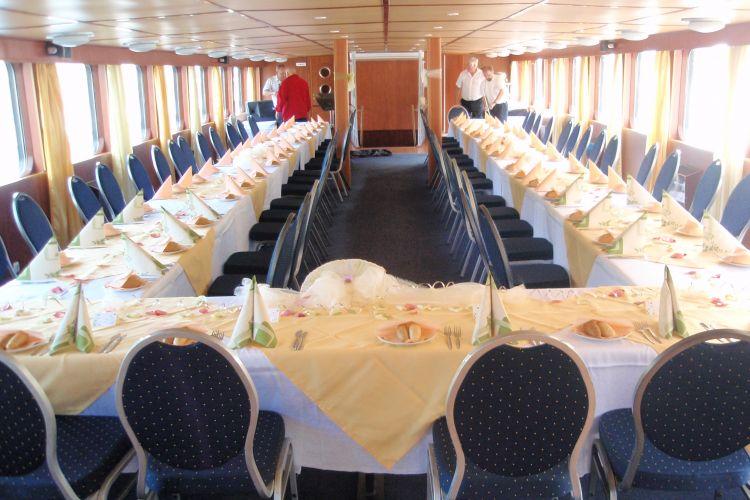 Svatební hostina na lod