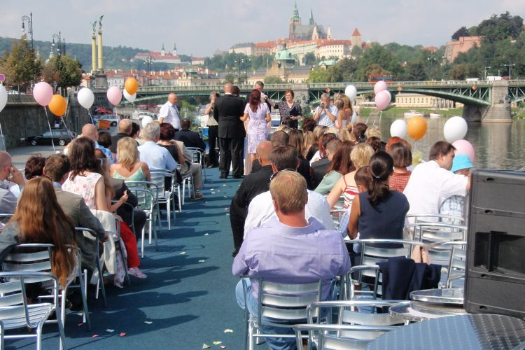 Svatební obřad na sluneční palubě