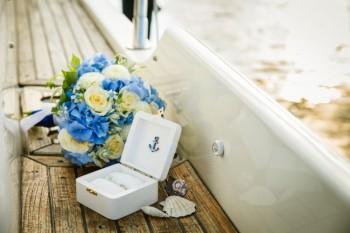 Svatební prstýnky na lodi