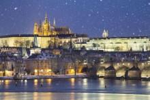 Večerní zimní Praha z lodi