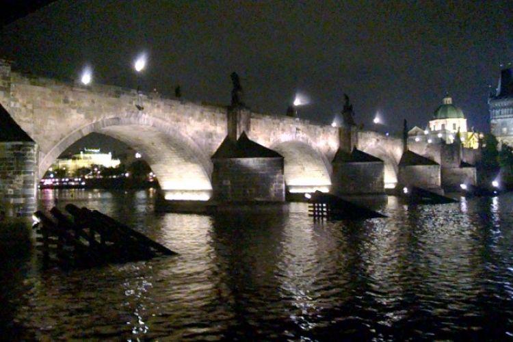 Večerní pohled na Karlův most
